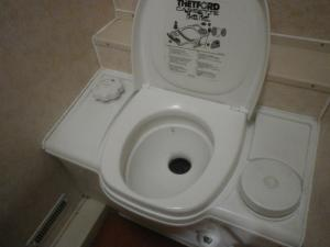 Thetford Bench Cassette Toilet Manual Flush image 1